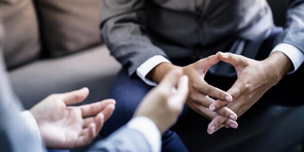 Hände von Gesprächspartnern