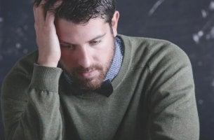 Ein gestresster Lehrer ist niedergeschlagen.