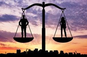 Gleichberechtigung durch Gleichgewicht - Mann und Frau stehen auf einer Waage