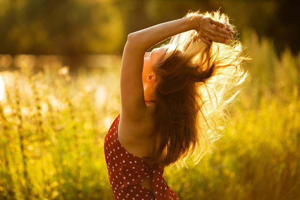 Glückliche Frau auf einem sonnigen Feld