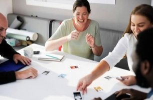 Eine Gruppe von Arbeitskollegen sitzt am Tisch.