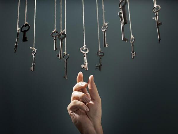 Eine Hand, die nach Schlüsseln greift