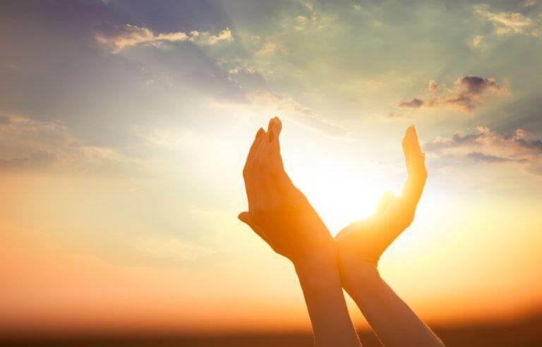 Hände umfassen die Sonne