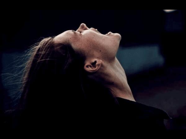 Eine Frau macht durch Schreien ihrem Ärger Luft.