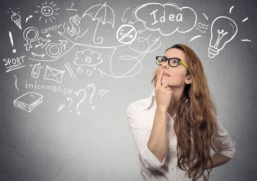 Frau vor einer Tafel voller Ideen