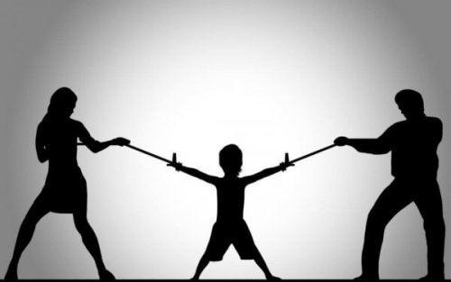 Das elterliche Entfremdungssyndrom symbolisch dargestellt, als Kind an Seilen zwischen zwei Erwachsenen