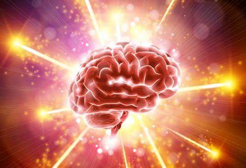 Ein menschliches Gehirn erstrahlt in hellem Licht.