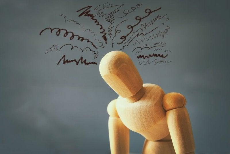 Holzpuppe mit vielen Gedanken