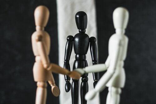 Mediation - Schwarzes Männchen leitet Verhandlungen zwischen braunem und weißem Männchen