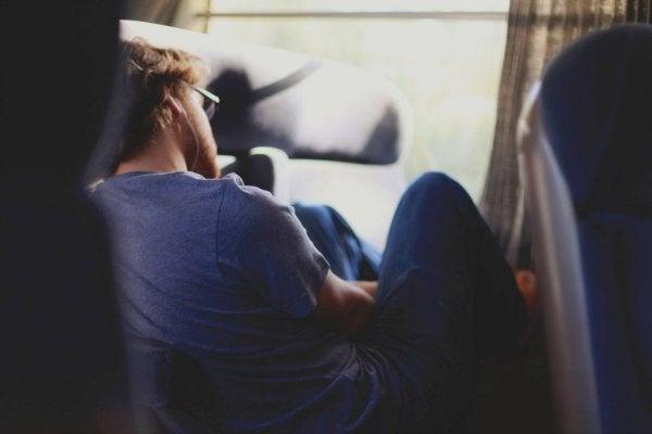 Ein junger Mann ist auf einem Stuhl eingeschlafen.