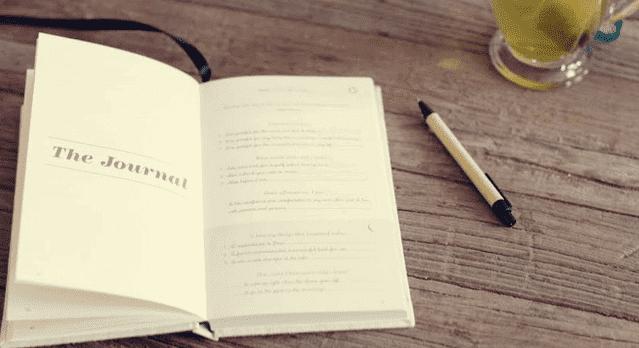 Offenes Tagebuch mit Stift daneben