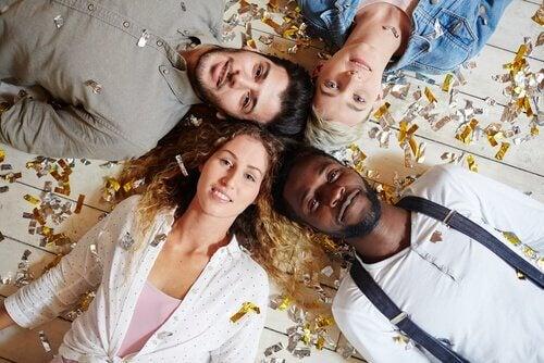 Eine Gruppe von jungen Menschen liegt auf dem Fußboden.
