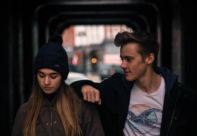 Junges Paar steht in einer Unterführung in der Großstadt