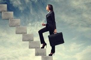 Eine Frau steigt eine Treppe hinauf