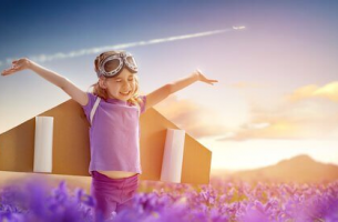 Kind mit selbstgemachten Flügeln fliegt