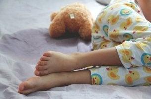 Kinderfüße im Bett