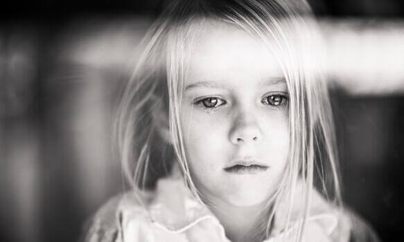 Ein Mädchen leidet unter einer desorganisierten Bindung