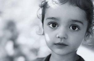 Kind mit dunklen Augen