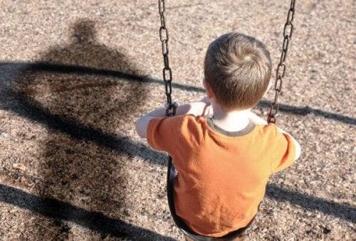 Schaukelndem Kind droht Missbrauch