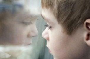 Ein Junge schaut durch ein Fenster