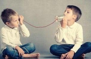 Kinder benutzen Schnurtelefon.