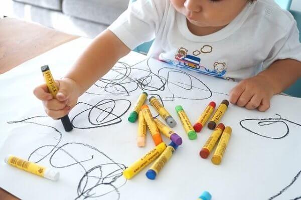 Die Zeichnung eines Kindes: Phasen und Entwicklung