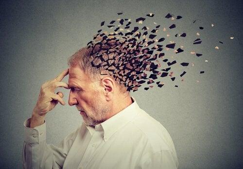 Ein älterer Mann versucht sich zu konzentrieren, während sich sein Hinterkopf auflöst.