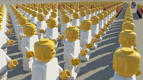 Legofiguren in Reihe und Glied