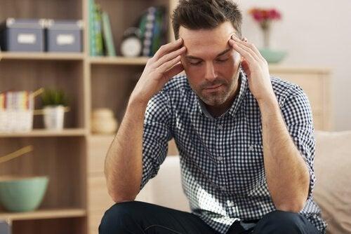 Ein Lehrer sitzt gestresst und müde im Lehrerzimmer.