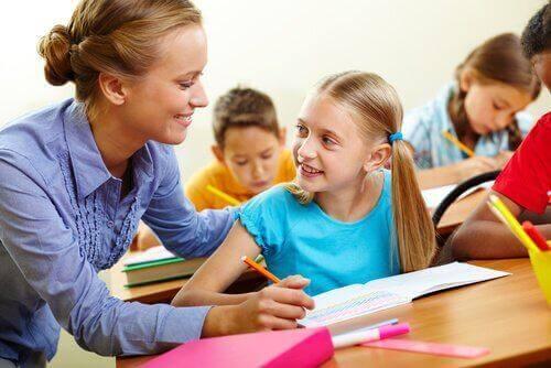 Eine Lehrerin hilft einer Schülerin beim Lösen einer Aufgabe.