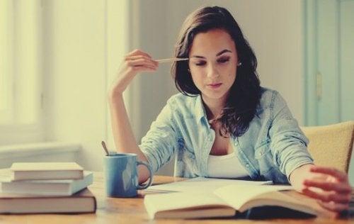 Mädchen, das vor Büchern sitzt und besser lernen möchte