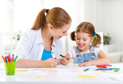 Lernspaß als Mittel, das eine Mutter beim Malen mit ihrer Tochter einsetzt
