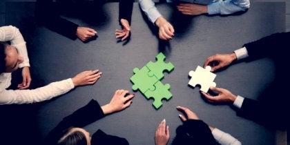 Leute lösen gemeinsam ein Puzzle