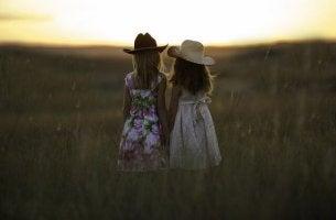 Zwei Mädchen in einem Feld