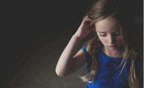 Mädchen berührt sein Haar
