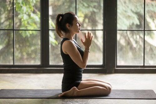 Mädchen, das Yoga macht