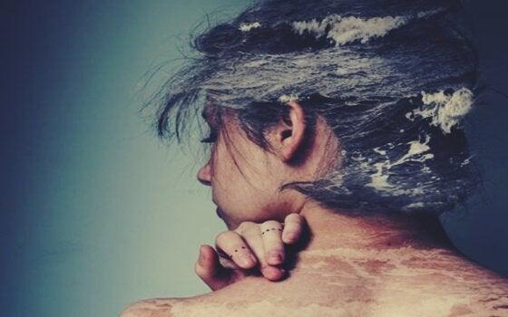 Ein Bild eines Mädchens, dessen Haare aus Meer zu bestehen scheinen.
