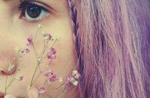 Mädchen mit Blumen vor dem Gesicht