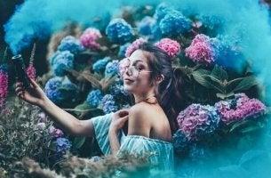 Ein Mädchen, das in einem Blumenmeer steht