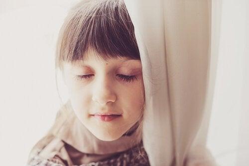 Ein Mädchen mit geschlossenen Augen