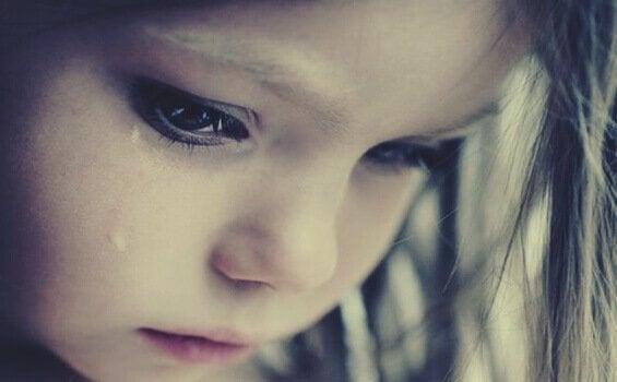 Ein Mädchen weint.