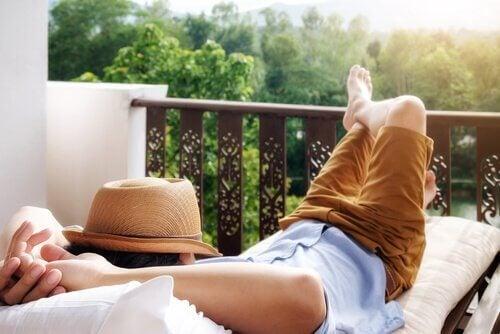 Ein Mann relaxt auf seinem Balkon.
