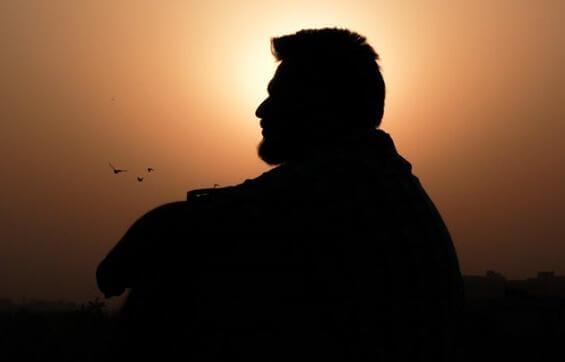 Mann mit Bart bei Sonnenuntergang