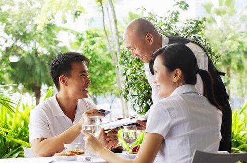 Ein Mann bezahlt die Rechnung nach einem Dinner mit einer Frau.