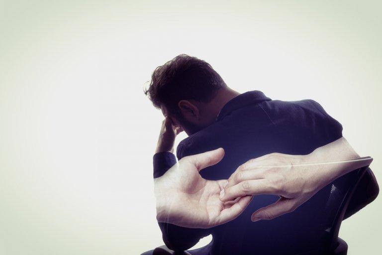 Ein Mann, der an eine Freundschaft denkt, die zerbrach