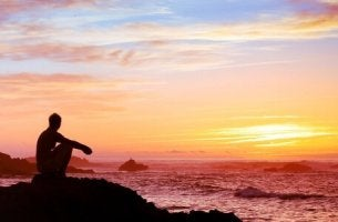 Philosophische Theorien - Mann guckt sich den Sonnenuntergang an