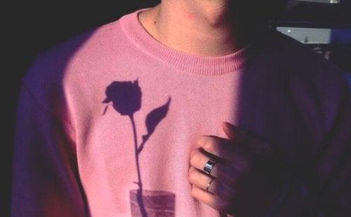 Schatten einer Rose auf dem Pullover eines Mannes