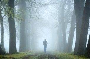 Mann in nebligem Wald