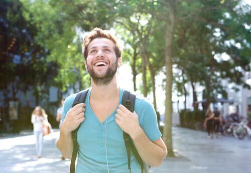 Mann läuft fröhlich durch die Stadt.