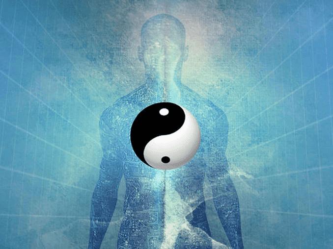 Mann mit dem Yin-Yang-Symbol